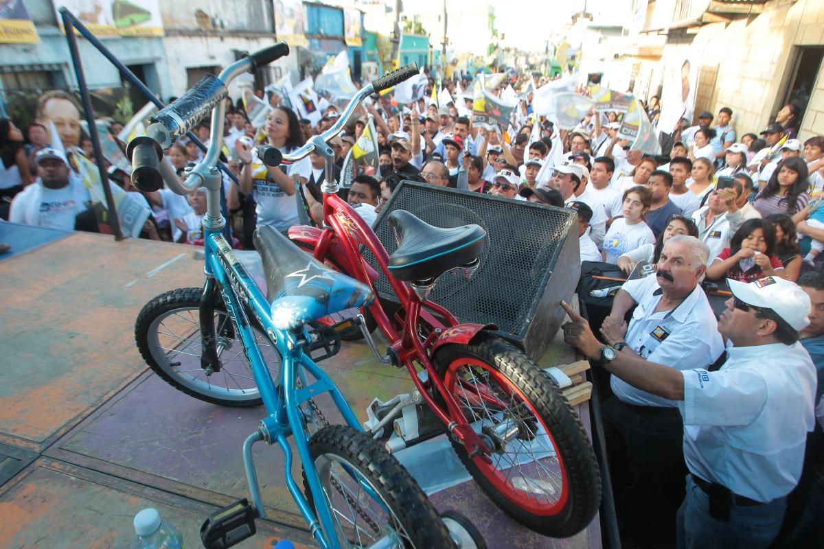 Durante la campaña electoral los políticos se valen de regalos y promesas para captar la atención de los electores. (Foto Prensa Libre: Hemeroteca PL)