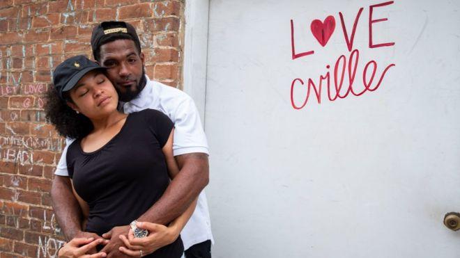 Marcus y Marissa Martin fueron víctimas del atropello mortal llevado a cabo en Charlottesville por un simpatizante de supremacistas blancos contra un grupo de contramanifestantes. Un año después, posan en el mismo lugar donde una joven murió arrollada por el auto. (Getty Images)