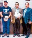 El periodista español Ricardo Angoso, el capitán Byron Lima Oliva, su hermano, Luis Lima, y el oficial Platero Trabanino, juntos en una de las audiencias de Byron Lima, acusado por el MP de liderar una red criminal dentro de presidios.