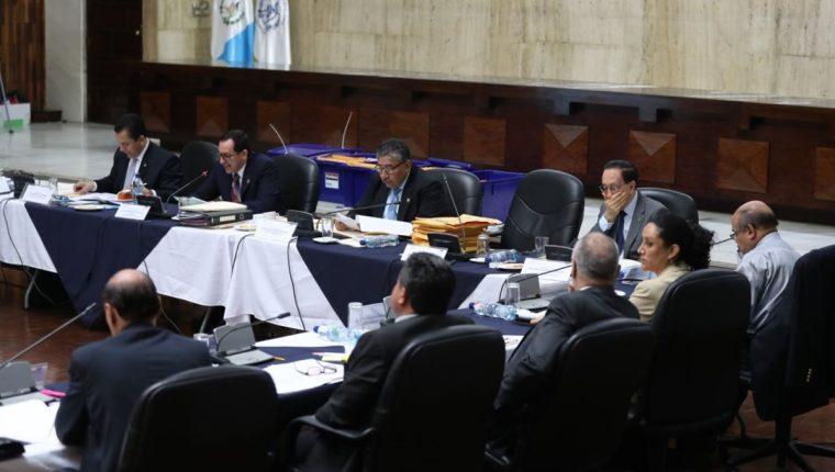 Miembros de la comisión durante la revisión de los señalamientos contra los aspirantes, este martes. (Foto Prensa Libre: Esbin García).