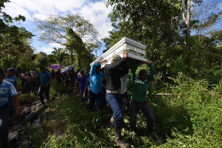 Familiares de la familia Caal cargan el féretro que lleva el cuerpo de Jakelin Caal, para su inhumación.