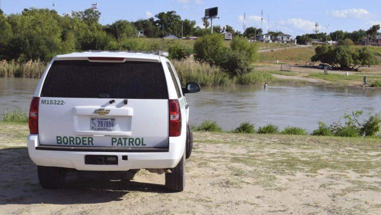 Una patrulla fronteriza de EE.UU. vigila las orillas del Río Bravo. (Foto Prensa Libre: EFE/Archivo).