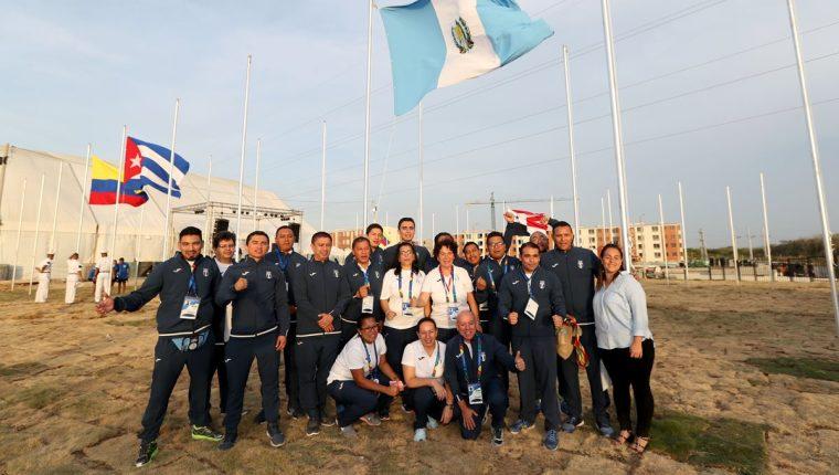 La bandera de Guatemala fue izada este martes en la Villa Centroamericana y del Caribe. (Foto Prensa Libre: Enviado especial Carlos Vicente)
