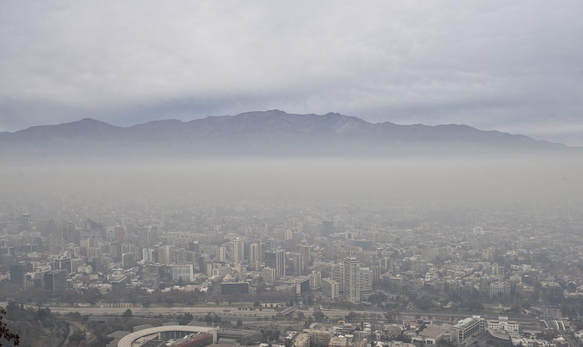 <em>La capital chilena enfrentará el lunes su primera emergencia ambiental en 16 años. (Foto Prensa Libre: AFP).</em>