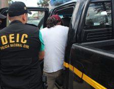 Agentes policiales trasladan a Héctor Aquino al complejo judicial local. (Foto Prensa Libre: Rigoberto Escobar)