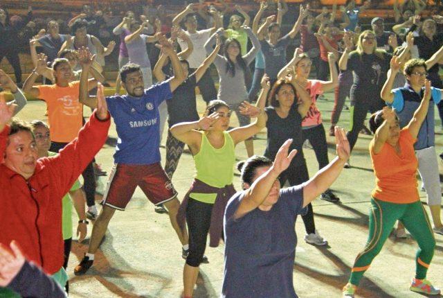 Algunas municipalidades organizan clases gratuitas de zumba, baile, taichí y futbol, además de que pone a disposición de los vecinos diversos espacios: parques, áreas verdes y maquinaria en gimnasios al aire libre, para ejercitarse, con el apoyo de oenegés.