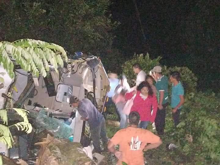 Vecinos del lugar ayudaron a los heridos para que salieran del bus.(Foto Prensa Libre: cortesía)