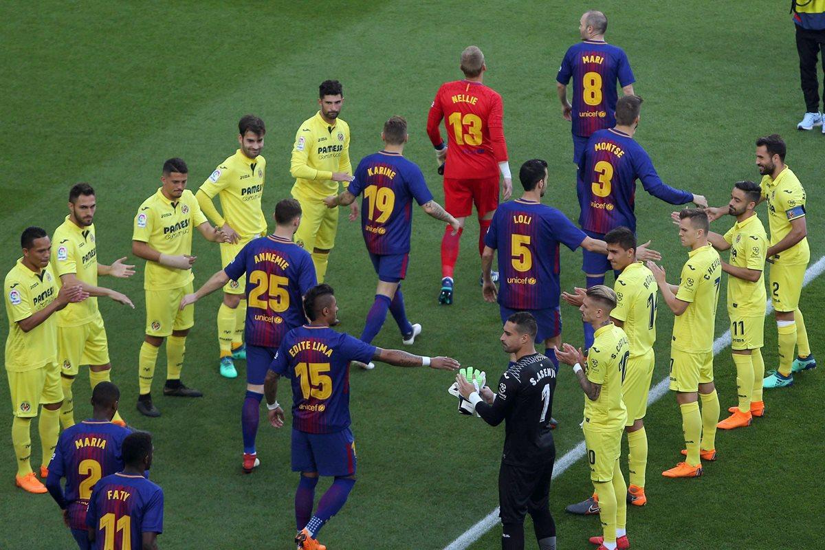 Los jugadores del Villareal hicieron el pasillo a los del FC Barcelona, que saltaron al campo con  los nombres de sus madres en las camisolas. (Foto Prensa Libre: EFE)