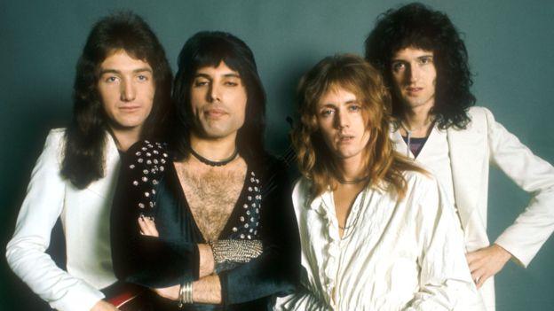 Freddie Mercury (segundo a la izquierda) con otros miembros de la banda Queen en la década de los 70.