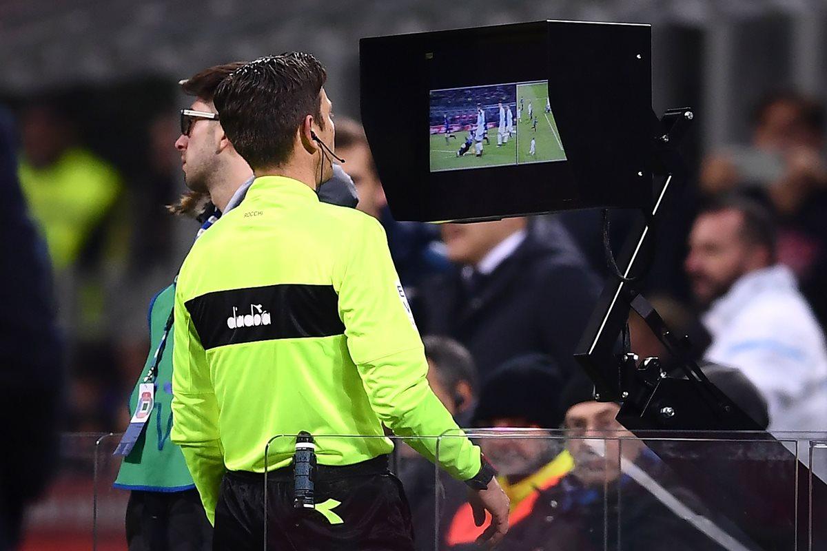 En algunas ligas europeas se usó el videoarbitraje. (Foto Prensa Libre: AFP)