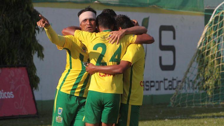 Así festejaron los jugadores de Guastatoya frente a Municipal. (Foto Prensa Libre: Norvin Mendoza)