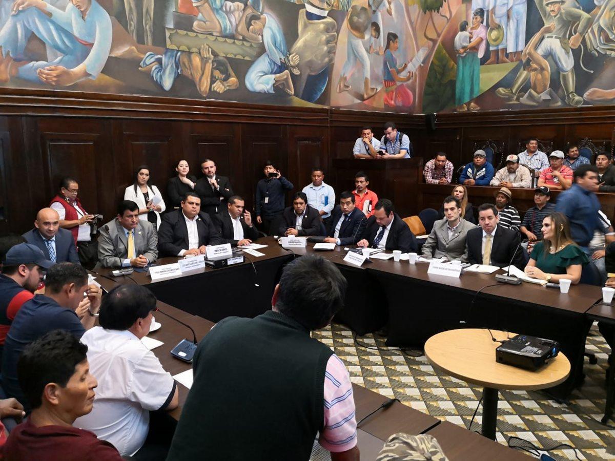 Diputados distritales de Quiché sostienen una reunión con pobladores de ese departamento. (Foto Prensa Libre: Carlos Álvarez)