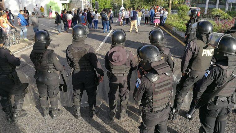 Agentes de la PNC dialogan con vecinos de la colonia Los Álamos, zona 6 de San Miguel Petapa. (Foto Prensa Libre: Esbin García)
