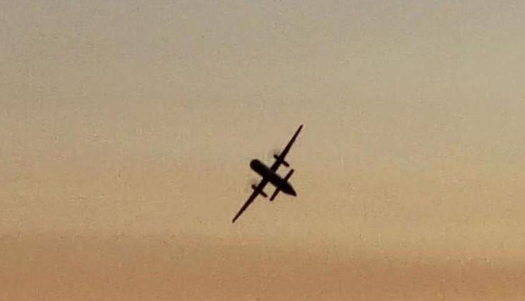 Imagen del avión de pasajeros vacío, robado del aeropuerto de Seattle, EE.UU. (Foto Prensa Libre: AFP)