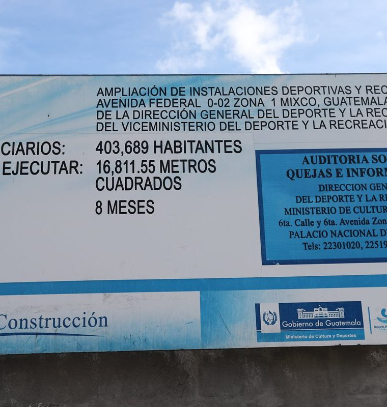 Anuncio de la obra que se ubica en la zona 1 de Mixco. (Foto Prensa Libre: Érick Ávila)