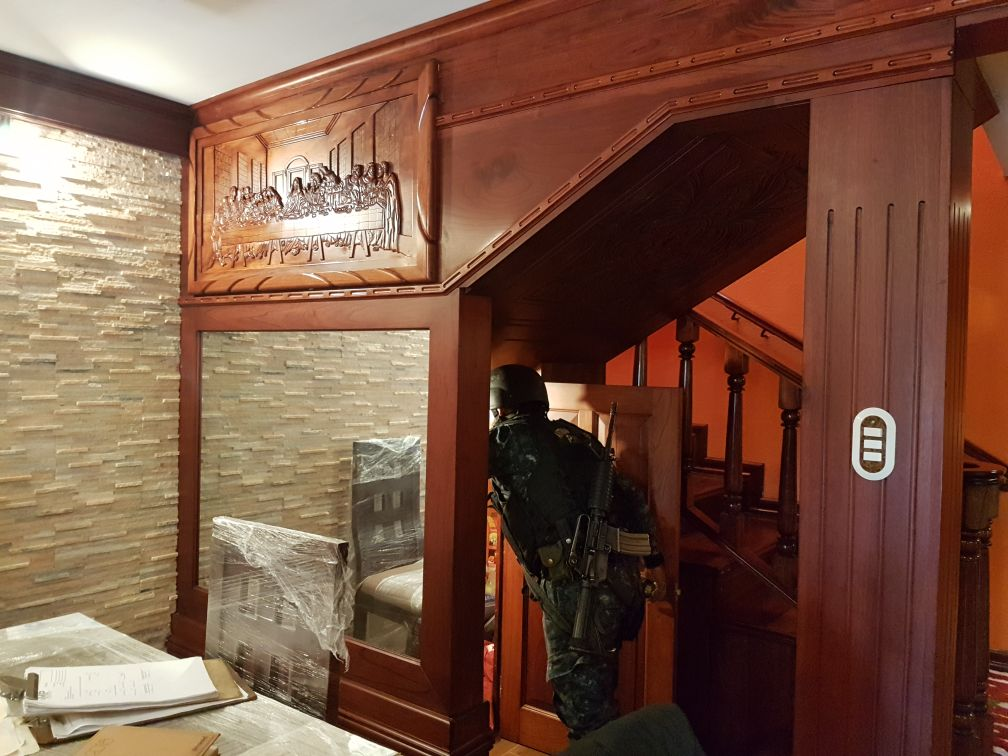 Muebles sin estrenar y paredes cubiertas de madera se observan en el primer piso.(Foto Prensa Libre: PNC)