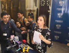 Diputada Andrea Villagrán, al momento de explicar los fundamentos del amparo presentado ante la CC. (Foto Prensa Libre: Carlos Álvarez)