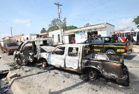 Vehículos dañados por manifestantes en Santa Rosa que se oponen a operación de mina. (Foto Prensa Libre: Archivo)