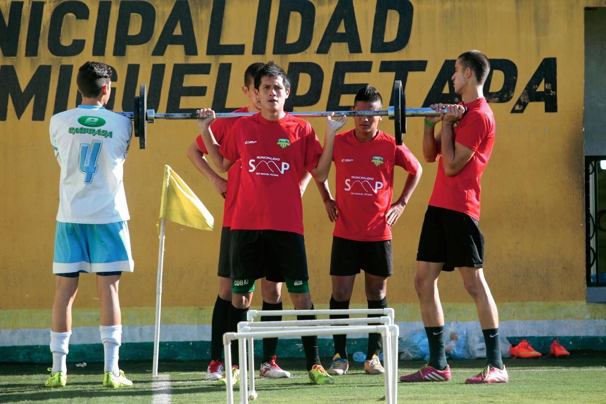 El equipo loro, ya piensa en recibir al equipo escarlata. (Foto Prensa Libre: Marcela Morales)