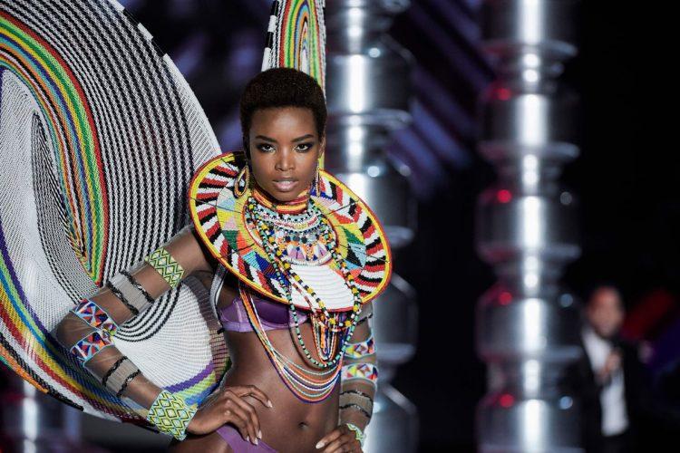 La modeloMaria Borges, originaria de Angola, presenta una de las creaciones