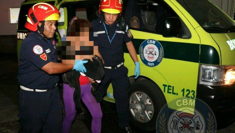 Madre y el niño de tres años fueron trasladados al Hospital Roosevelt. (Foto Prensa Libre: CBM)