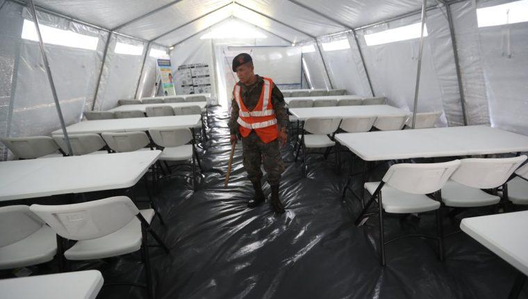 En el Estadio Municipal de Escuintla se levantaron 15 carpas especiales que albergar?n a los estudiantes de ese departamento afectados por la erupción del volcán de Fuego. (Foto Prensa Libre: Érick Ávila)