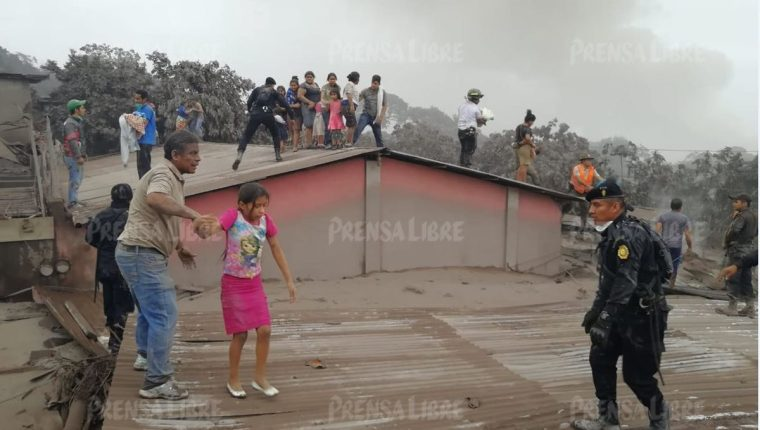 Policías, bomberos y ciudadanos se suman en los esfuerzos por rescatar a personas afectadas por la correntada que ocurrió en Los Lotes, Escuintla (Foto Prensa Libre: Enrique Paredes).