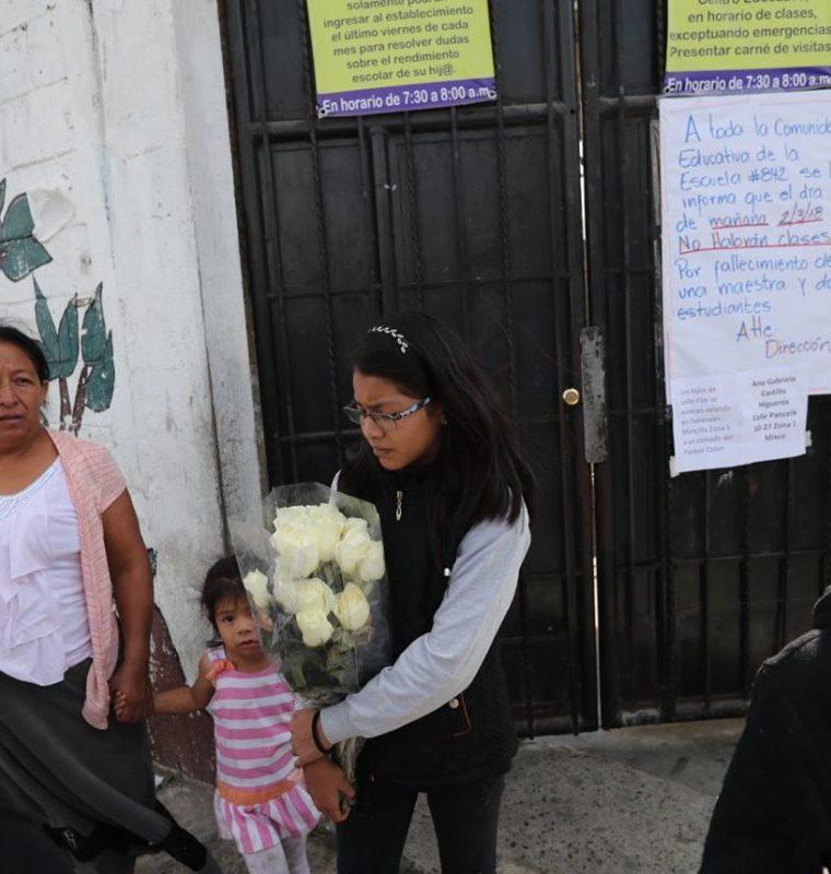 Padres de familia y estudiantes permanecen frente a la Escuela Oficial Rural Mixta No. 842 Pedro Barahona para recordar a las tres víctimas del accidente. (Foto Prensa Érick Ávila).