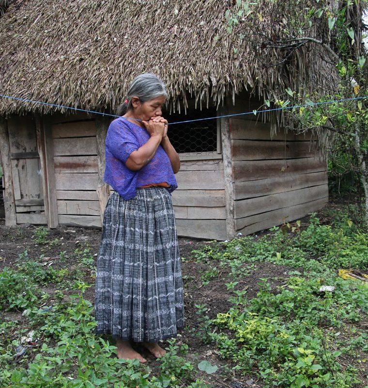 La abuela paterna de Jakelin, Elvira Choc Cus, está conmovida por lo sucedido a su nieta. En la aldea las familias viven en casas de madera y techo de palma.  (Foto Prensa Libre: Eduardo Sam Chun)