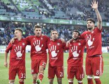 Kimmich, Gómez, Lahm, Bernat y Martínez, celebran el pentacampeonato del Bayern Múnich en la Bundesliga. (Foto Prensa Libre: AFP)