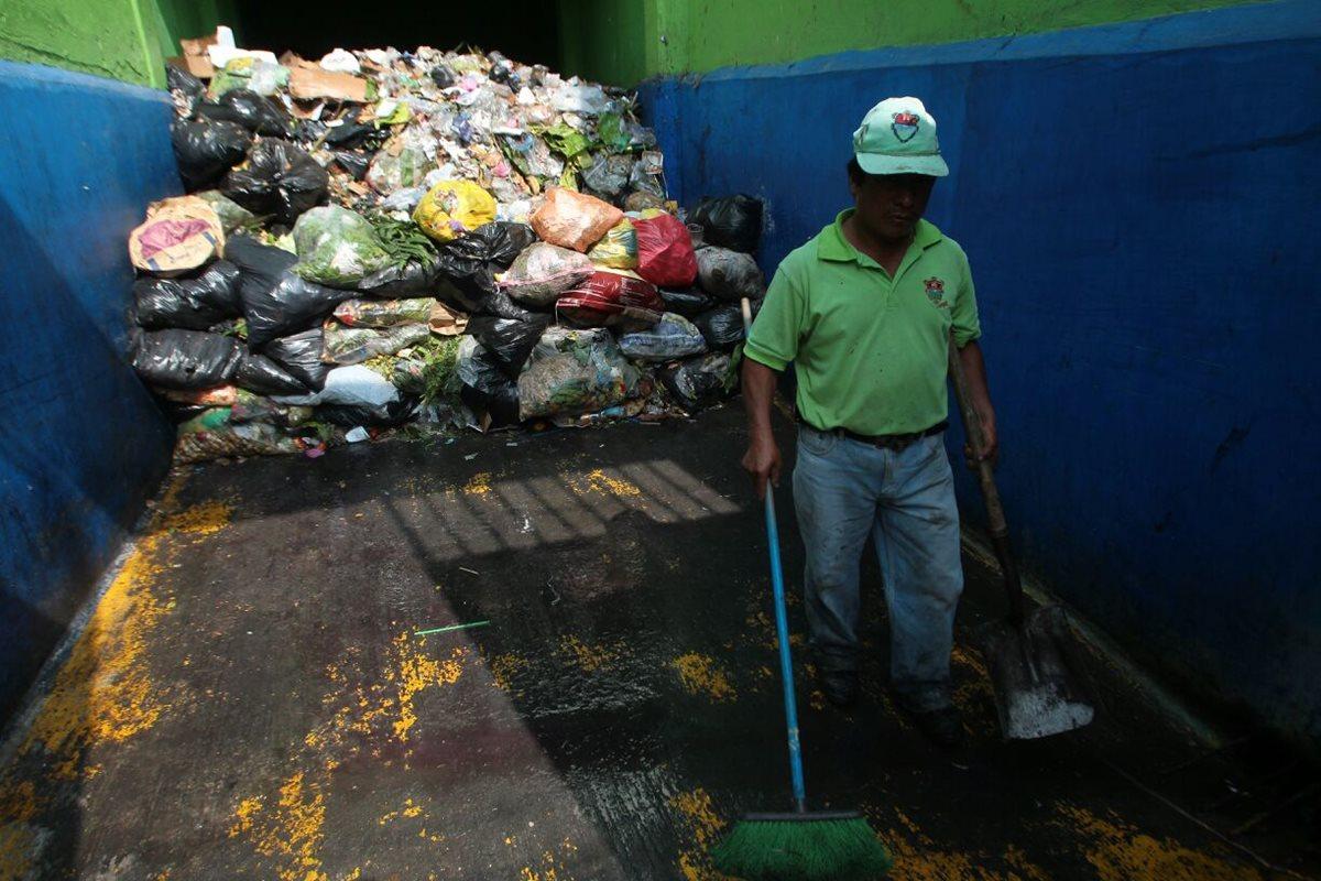 Los desechos del Mercado Central comienzan a acumularse debido a que los camiones recolectores no han circulado. (Foto Prensa Libre: Álvaro Interiano).