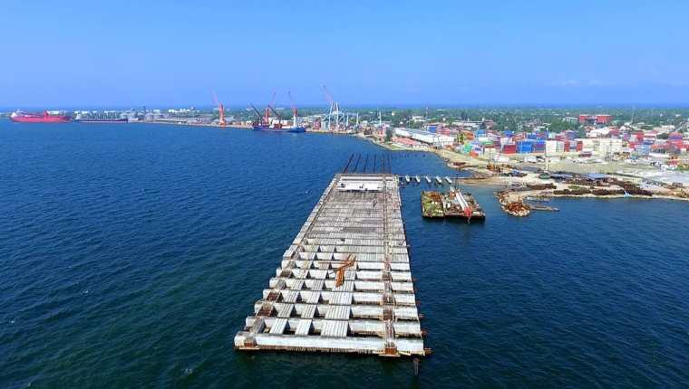 Puerto Cortés mueve 350 mil contenedores al año, equivalentes a 650 mil TEUS, la terminal ha optimizado en un 100% los tiempos de operación a camiones externos y a buques. (Foto Prensa Libre: Dony Stewart)