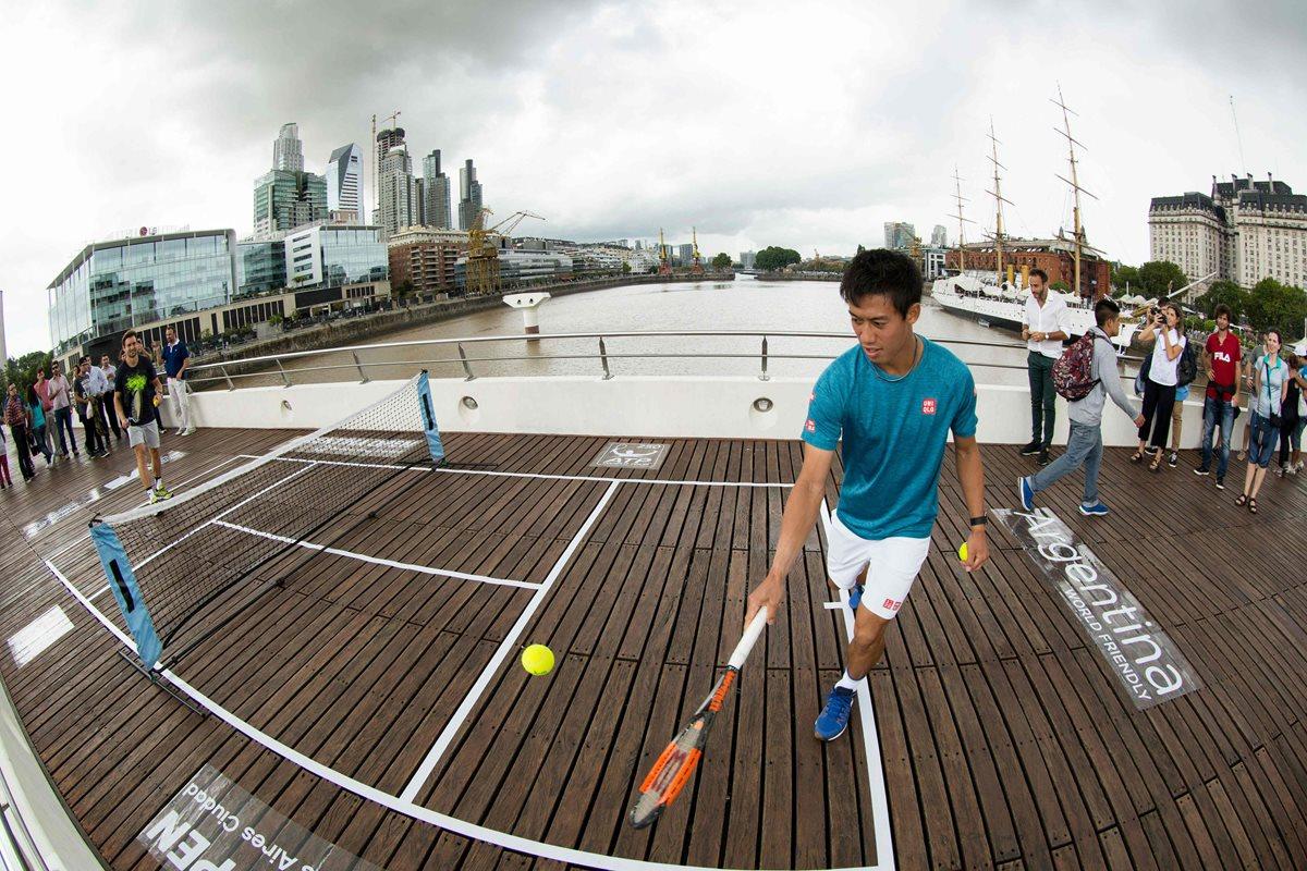 Nishikori y Ferrer jugaron tenis por unos minutos en una cancha colgante. (Foto Prensa Libre: AFP).
