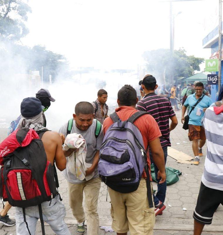 Migrantes hondureños fueron afectados por lo gases lacrimógenos que lanzaron agentes de la Policía Nacional Civi. (Foto Prensa Libre: Rolando Miranda)