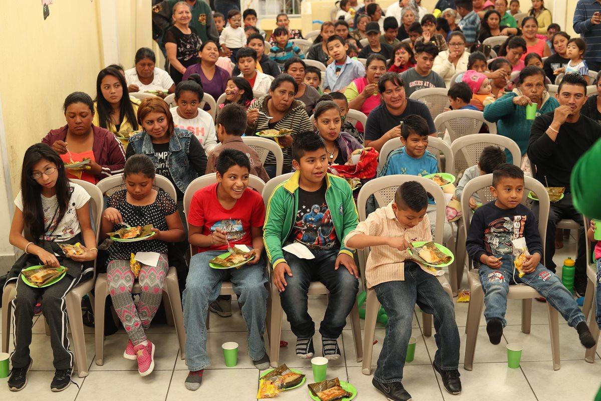 Los niños comen tamales durante el convivio navideños que les organizó la asociación Libre Infancia y Maseca en la zona 3. (Foto Prensa Libre)