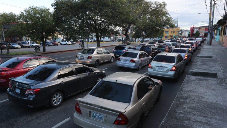 El crucero de la Diagonal 14 y 27 de calle de la zona 5 se ha convertido en un calvario para los automovilistas. (Foto Prensa Libre: Érick Ávila)