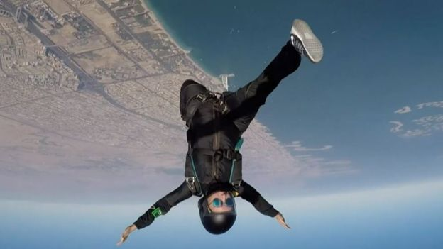 """Imágenes de Sheikha Latifa haciendo paracaidismo eran promovidas por Dubái como muestra de la """"libertad"""" que gozaban las mujeres."""