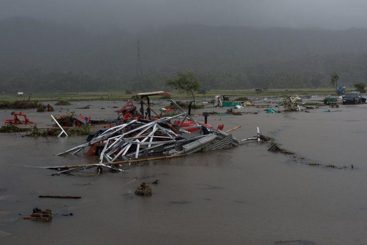 Vehículos permanecen en medio de los escombros luego de que un tsunami alcanzara el Estrecho de la Sonda, en Pandeglang, provincia de Bantén, Indonesia.