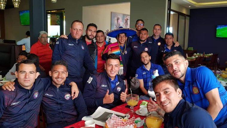 El equipo de Xelajú comparte y se prepara para enfrentar a Comunicaciones. (Foto Prensa Libre: Raúl Juárez)