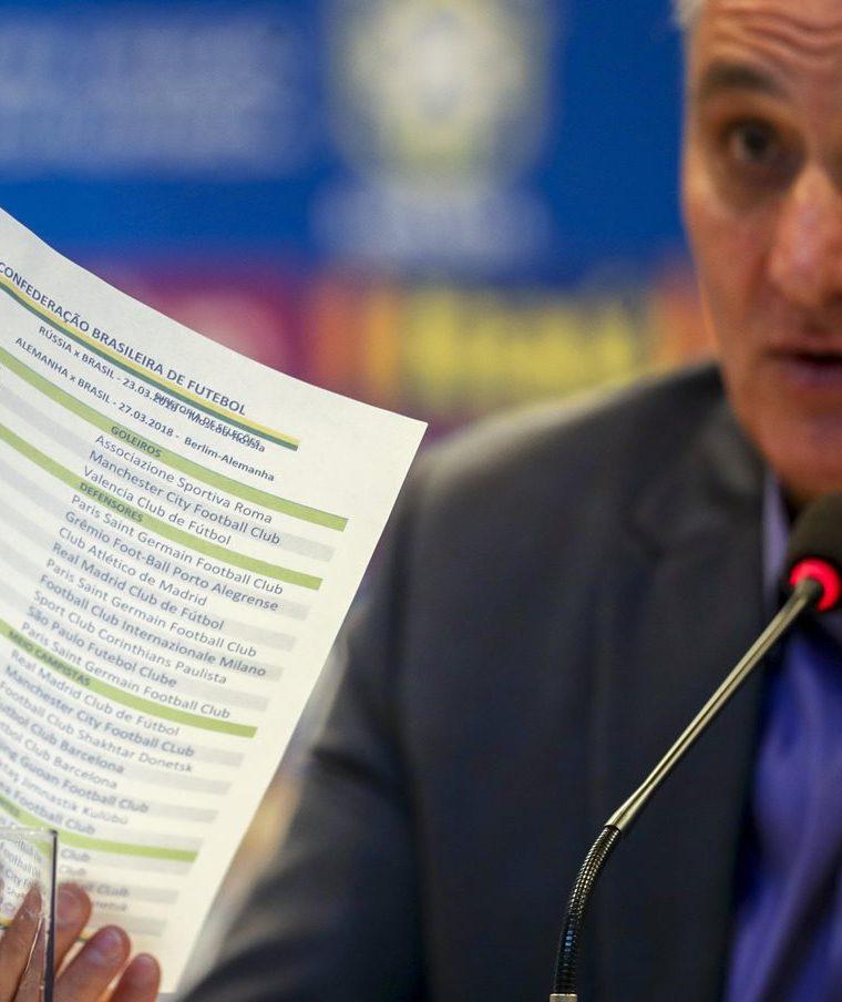 """El seleccionador de Brasil, Adenor Leonardo Bachi """"Tite"""" hace referencia de los convocados para los amistosos frente a Rusia y Alemania. (Foto Prensa Libre: EFE)"""