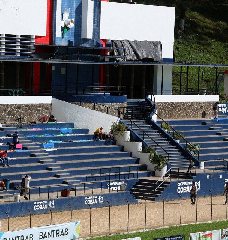 Los seguidores cobaneros llegaron desde temprano para apartar sus lugares en el estadio Verapaz. (Foto Prensa Libre: Eduardo Sam Chun)