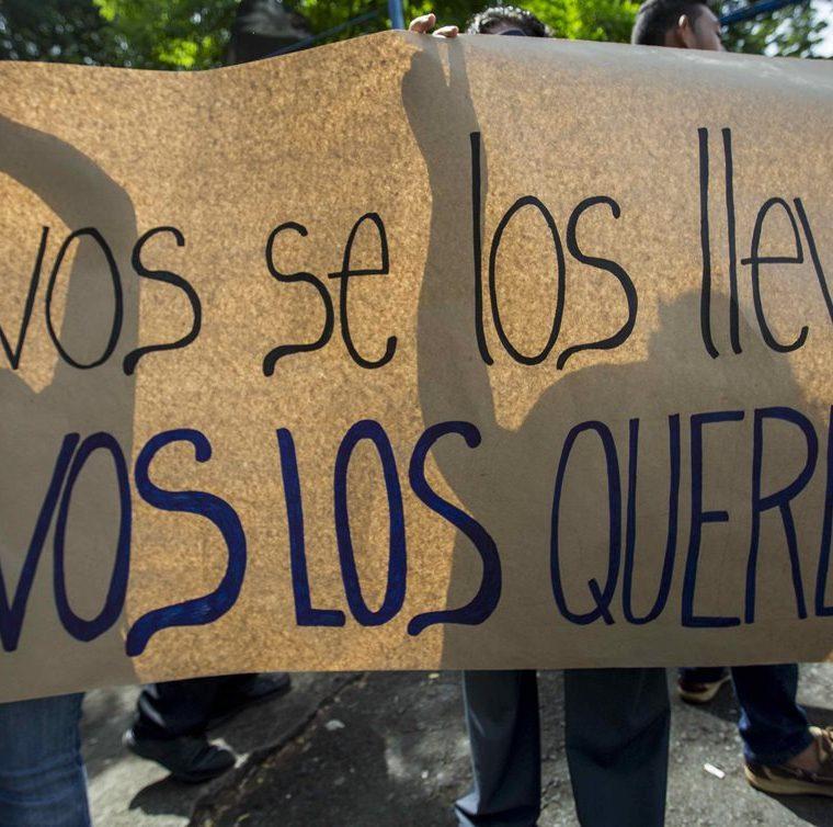 """Varios jóvenes participan en un plantón hoy en el exterior de la cárcel de máxima seguridad llamada Dirección de Auxilio Judicial y conocida como """" El Chipote"""", en Managua. (EFE)"""