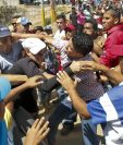 Simpatizantes del gobierno de Venezuela se enfrentan contra manifestantes que exigen el revocatorio de Nicolás Maduro en Isla Margarita. (Foto Prensa Libre: AFP).