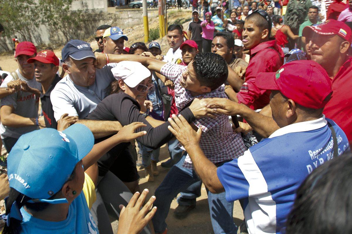 Chavistas chocan con opositores que piden referendo contra Maduro