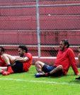 Danilo Guerra, Carlos Kamiani, Gastón Puerari y Pablo Mingorance, observan la última parte del entrenamiento de Municipal.(Foto Prensa Libre: Edwin Fajardo)