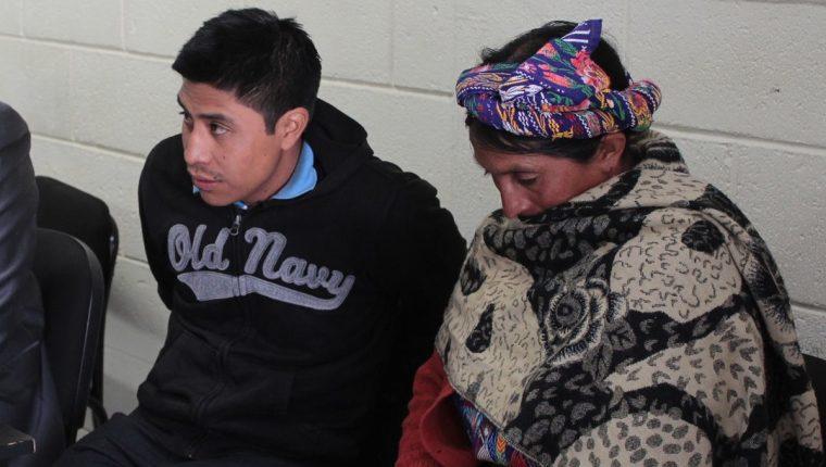 Magdiel López Rivera, juntó a su madre Catalina Rivera, al momento de escuchar el veredicto del Tribunal de Femicidio de Quetzaltenango, que lo sentenció a 50 años de prisión. (Foto Prensa Libre: María José Longo)