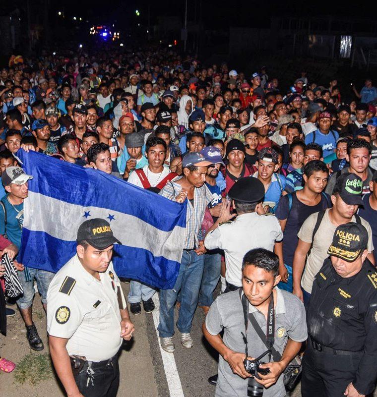 Los migrantes hondureños siguen su camino luego de haber pasado por un control policial en Chiquimula. (Foto Prensa Libre: AFP)