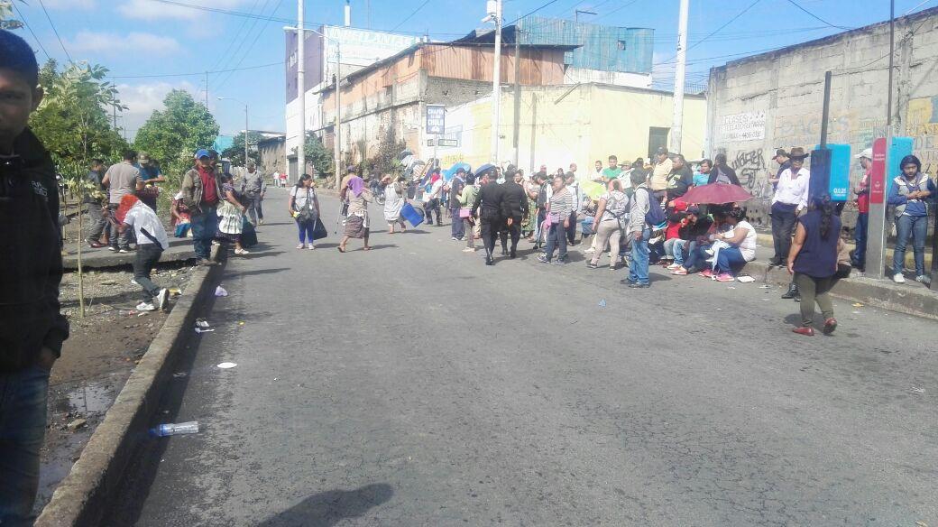 Vendedores informales bloquean el paso en la 32 calle de la Calzada Atanasio Tzul, zona 8 de la capital. (Foto Prensa Libre: Edwin Pitán)