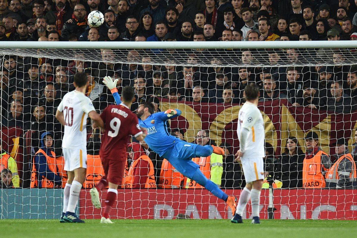 El guardameta Alisson se lamenta luego que Salah abre la cuenta para el Liverpool. (Foto Prensa Libre: AFP)