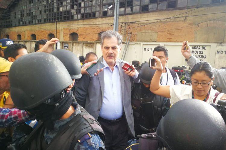 El ex ministro de Finanzas, Juan Alberto Fuentes Knight, también fue detenido en su domicilio.